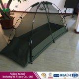 屋外のキャンプテントの軍隊の蚊帳