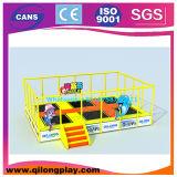 Campo de jogos interno e ao ar livre com corrediça dos miúdos