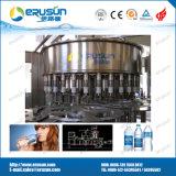 満ちるキャッピングの液体の充填機を洗う天然水