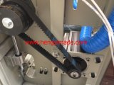 Corte tejido plástico del bolso y máquina de coser