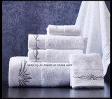 De katoenen die Handdoek van de Badkamers met de Boord van het Borduurwerk en van de Decoratie wordt geplaatst