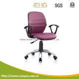 網の椅子またはオフィスの椅子か回転イス