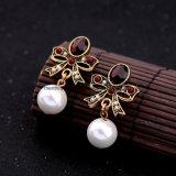 真珠の吊り下げ式の方法宝石類が付いているレトロの合金の宝石用原石そしてダイヤモンドによって散りばめられるイヤリング