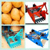 Il trattore ha montato la mini patata/la mietitrice patata dolce per uso dell'azienda agricola