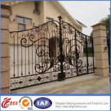 Puerta real decorativa de la entrada del hierro labrado de la vendimia