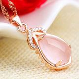 鎖が付いている女性のローズの金のピンクの水晶吊り下げ式のネックレス