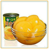 시럽 통조림으로 만들어진 노란 음식에 있는 노란 복숭아