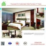 Insiemi della mobilia della camera da letto dell'hotel con il Governo del guardaroba