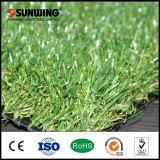 Трава самого лучшего наградного зеленого цвета природы искусственная синтетическая с пожаробезопасной