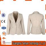1개의 단추 여자 한 벌 재킷을 측정하기 위하여 만드는