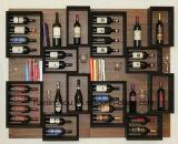 Mensola di legno fissata al muro del vino del metallo della cremagliera con la visualizzazione di immagazzinamento in la bottiglia