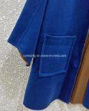 Purpurroter Frauen `S Kaschmir-Leitung-Mantel