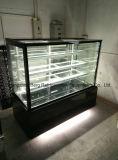 O refrigerador do bolo da exposição do ângulo direito tem quatro camadas da mostra