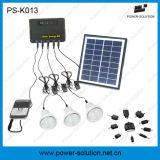 Mini sistema de iluminación casero solar con el cargador del teléfono móvil