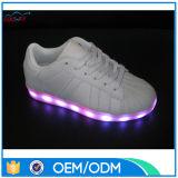 Los zapatos metálicos metálicos diseñados más nuevos de la PU LED, cabritos/adulto se divierten los zapatos