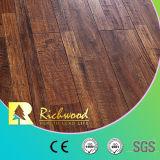 ビニールの板手はかえでの寄木細工の床のホワイトオークの薄板にされた木製のフロアーリングを擦った