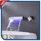 Mélangeur de bassin de robinet de cascade à écriture ligne par ligne de la bonne qualité DEL pour la salle de bains