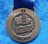 La médaille de marathon de Sam Francisco. Doubles côtés, module de finition