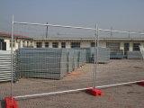 一時塀を囲う金属の網