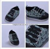 男の子のための暗いズック靴
