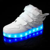 LED 아이가 재충전용 빛에 의하여 구두를 신긴다