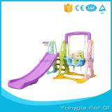 De binnen Serie C van het Stuk speelgoed van de Jonge geitjes van de Dia en van de Schommeling van de Speelplaats Plastic
