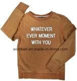衣服の染料を持つ男の子のための白い文字プリントプルオーバー