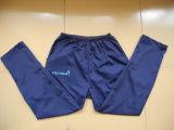 L'abitudine degli uomini mette in mostra i pantaloni lunghi con il marchio stampato