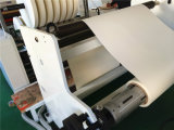 Einzelnes Wand-Papierwegwerfcup, das Rückspulenmaschine aufschlitzt