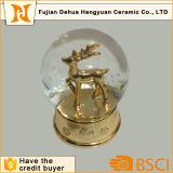 Disegno dorato degli alci per il globo della neve di natale