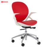 余暇の白革のオフィスの椅子