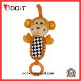 O bebê bonito do macaco brinca brinquedos do carrinho de criança com gancho