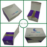 Rectángulo de la cartulina de la caja de cartón con el material reciclable que barniza ULTRAVIOLETA