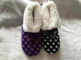2つのカラーニットによって刺繍される靴
