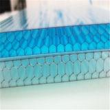 Сот поликарбоната заволакивания крыши обшивает панелями ясную пластмассу