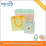 多彩な印刷の薄いハンドルの買物をする紙袋(QY150290)
