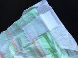 El pañal del bebé hecho en China con agranda la cinta mágica