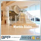 磨かれたベージュ石または大理石階段かステップまたは暴徒の床タイルのロビー