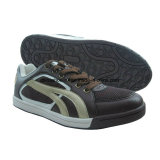 Les espadrilles des hommes de mode, chaussures de course, chaussures de planche à roulettes, chaussures extérieures