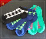Adolescencias populares del negro del apretón en calcetines