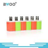 Coloré nous chargeur de mur de deux USB pour le téléphone mobile