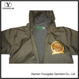 接続されたレインコートが付いているフード付きの子供の学校のジャケットのバックパック