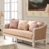 白いソファ愛シートの椅子および表セットが付いているホテルのソファー