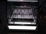 Pequeño congelador italiano de la visualización del helado