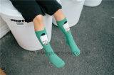 Il tubo operato della ragazza della calza del capretto della neonata lavorato a maglia colpisce con forza la calza per il commercio all'ingrosso