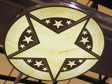 Taille énorme intense extérieure annonçant en gros des logos de la fabrication DEL Chainstore avec des noms