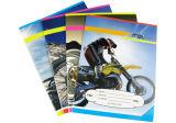 Cadernos do exercício dos estudantes com papéis recicl