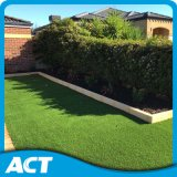 庭のクッションの表面のための人工的な草を美化するより暗い緑
