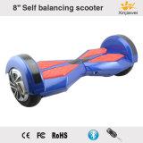 Individu sec d'équilibre équilibrant le scooter DEL de moteur électrique