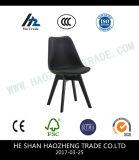 의자 까만 것의 낮은 플라스틱 레크리에이션 의자 뒤